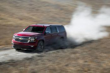 F0f8db 2015 chevrolet suburban ltz front three quarter in motion 02
