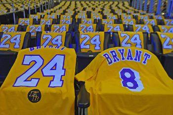 315395 lakers giving away kobe bryant t shirts 01