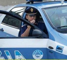 9ac0a1 polizia auto poliziotto alla radio